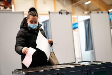 6日、デンマーク領グリーンランドの自治政府議会選で投票する女性(ロイター=共同)