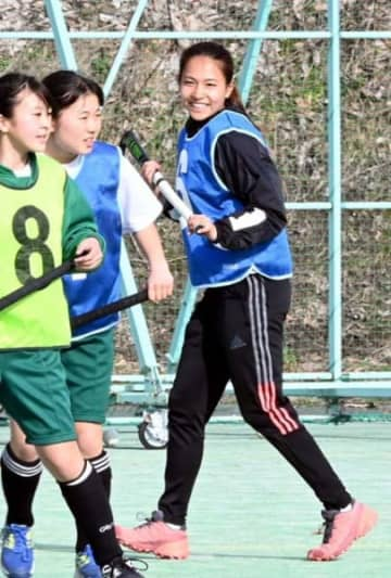 古里の中学生に手本を示し、練習を盛り上げる瀬川真帆(右)。東京五輪の代表選出へ「新監督の戦術理解を意識して練習している」と意気込む=岩手町