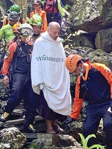 7日、タイ・ピサヌローク県の洞窟から救出された僧侶(ピサヌローク救急当局提供、共同)