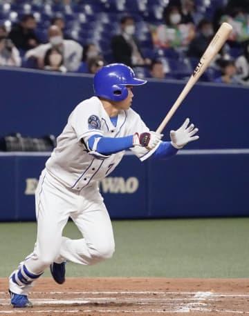 5回中日無死二塁、根尾が中前適時打を放つ=バンテリンドーム