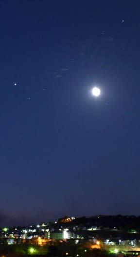 土星(右上)と木星(左横)に月が接近=7日午前5時、鹿児島市下伊敷3丁目