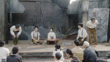 瓦礫の中でも家庭劇は芝居を続ける - (C) NHK