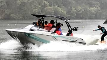 8年ぶりに導入された新艇で初滑りを楽しむウエークサーフィンの選手=中津市耶馬渓町の耶馬渓アクアパーク