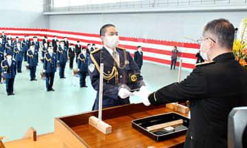 代表して辞令の交付を受ける入校生代表(左)=天童市・県警察学校