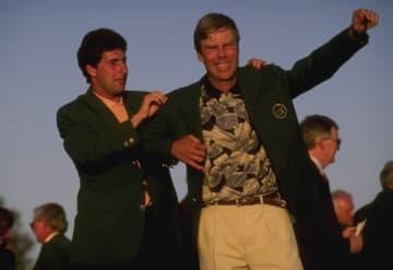 オラサバルにグリーンジャケットをかけられるクレンショー(撮影:GettyImages)