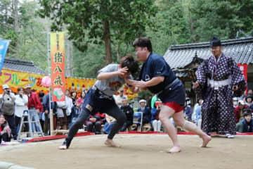 第21回奉納おんな相撲大会で熱戦を繰り広げる女性力士=2019年5月1日、鏡野町上斎原の上斎原神社