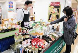 JR三ノ宮駅構内の日本旅行TiS三ノ宮支店に、兵庫県内の特産が並ぶ=神戸市中央区布引町4