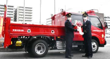 赤色灯を搭載し、赤い車両の資機材搬送車(長岡京市神足・乙訓消防組合本部)