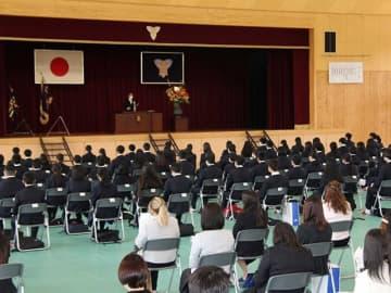 大勢の外国人生徒を迎えた東濃高校の入学式=8日午後1時42分、可児郡御嵩町御嵩、同校