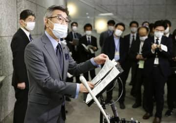 閣議後、記者会見する武田総務相=9日午前、総務省