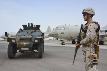 ジブチの首都にある自衛隊の拠点を警戒する隊員=2018年6月(共同)