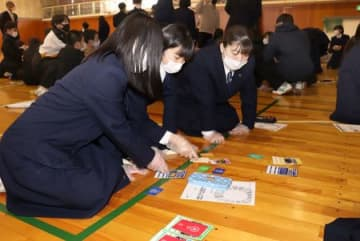 カードゲームなどを通じてSDGsの視点で進路を考える十日町高校の生徒たち=十日町市本町西1