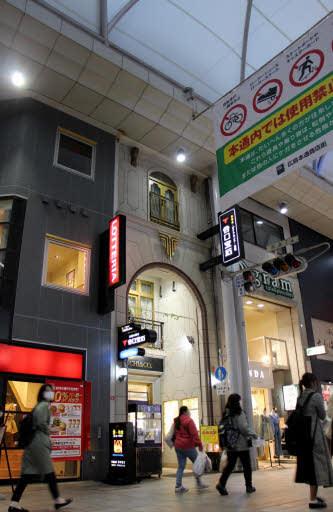 窃盗被害に遭った貴金属店(中央)。アーケードに覆われていない4階の窓ガラスが割られていた(広島市中区)