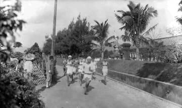 校舎前を駆け抜ける学生たち 戦前の沖縄を写した写真がアメリカで見つかる