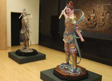 東京芸術大の保存修復彫刻研究室が制作し、東大寺に寄贈された秘仏・執金剛神立像の復元模型2体=30日午後、奈良市