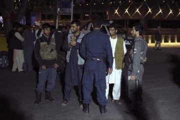 カブールの病院前で見張りをするアフガニスタンの治安警察=30日(AP=共同)