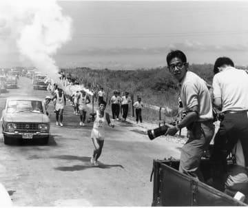 前回の東京五輪の聖火リレーを走る宮城勇さん=1964年9月(宮城さん提供)