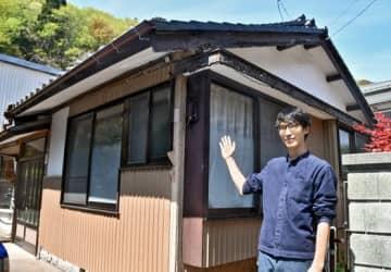 シェアハウスを紹介する久保田さん