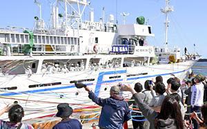 保護者や生徒らの見送りを受けて出港する実習生ら=30日午後、いわき市・小名浜港1号ふ頭