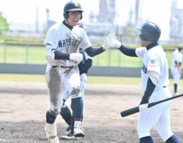 【津田学園―松阪商 四回裏、松阪商5番高山が右中間へソロ本塁打を放って生還。松阪商2点目=四日市球場で】