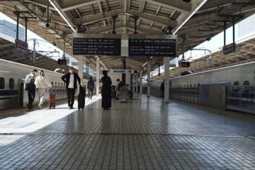 5連休の初日、閑散とする東海道新幹線のホーム=1日午前、JR東京駅