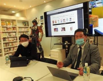 漫画コンテンツを使った新事業について話すコアミックスの持田修一取締役(右)、左は協業するサイバーレコードの増田一哉社長=熊本市中央区