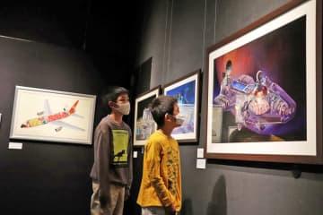 機械を細密に描いた長岡秀星さんの作品を観覧する子ども=壱岐市、市立一支国博物館