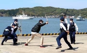 訓練で刃物を持ったテロリスト役に立ち向かう警察官(京都府宮津市鶴賀・宮津港)