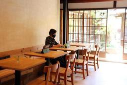 古い町屋の雰囲気を生かし、落ち着いた空間に仕上げた「Workation Hub(ワーケーション ハブ)紺屋町」=洲本市本町7