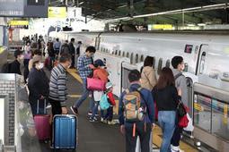 JR新神戸駅下りホームに到着した新幹線に乗り込む人たち=1日午前、神戸市中央区(撮影・辰巳直之)