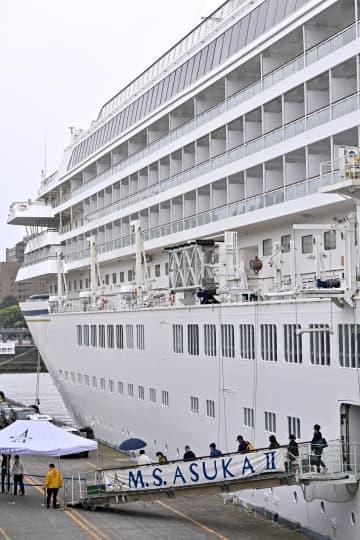 横浜港に到着したクルーズ船「飛鳥2」から下船する乗客ら=1日午後、横浜市