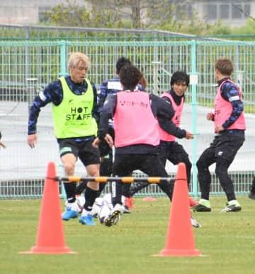 ミニゲームで調整する川西(左端)らFC岐阜の選手たち=28日、岐阜市内