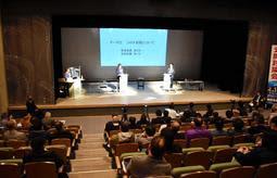 公開討論会で意見を戦わせる関貫久仁郎氏(右)と中貝宗治氏=豊岡市大手町、豊岡市民プラザ