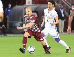 神戸-広島 右脚のけがによる長期離脱から復帰し、試合後半にピッチで躍動した神戸のイニエスタ(中央)=ノエビアスタジアム神戸(撮影・小林良多)