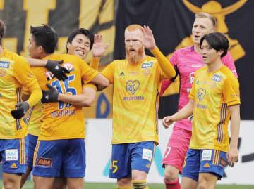 柏を破り今季初勝利を挙げ、抱き合い喜ぶ西村(左端)ら仙台イレブン=ユアスタ(河北新報社提供)