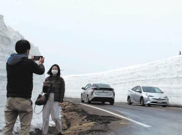 雪の回廊が続く八幡平アスピーテライン=1日午前11時30分ごろ、八幡平市(写真の一部を加工しています)