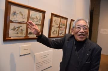世界記憶遺産に登録された、自身のシベリア抑留体験画を前に、笑顔を見せる木内さん(2015年10月、京都府舞鶴市平・舞鶴引揚記念館)