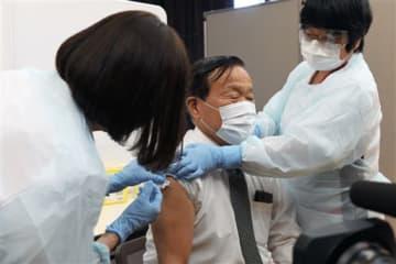 新型コロナウイルスワクチンの接種を受ける梅田穰町長=山都町
