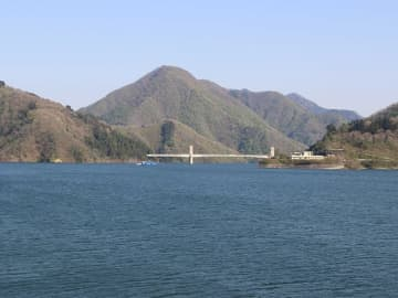 本郷地区の望郷広場から望む徳山ダム湖。右奥の施設が徳山会館=揖斐郡揖斐川町