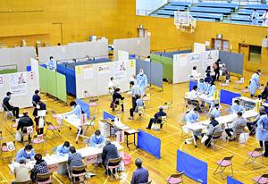 相馬市ではワクチン接種会場の天井パネルが剥がれるなど影響を受けたが、予定通り接種が行われた=1日午後1時ごろ、スポーツアリーナそうま第1体育館