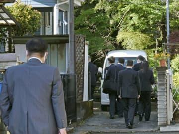 則武地所の社長宅へ家宅捜索に入る警視庁の捜査員=2日午前7時53分、神奈川県相模原市