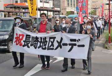 デモ行進する長崎地区労のメーデー参加者=長崎市五島町