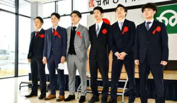 仲間との再会に笑顔を見せる井戸川さん(左から3人目)