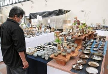 「あらたま陶器市」では、荒尾・玉名地域の9窯元の作品約3500点が並ぶ=大牟田市