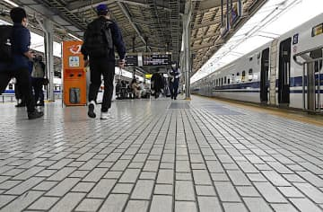 乗客がまばらなJR新大阪駅の新幹線ホーム=1日、大阪市淀川区