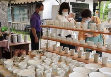 「春の窯元めぐり」が開かれている内田皿山焼で、器を選ぶ家族連れ=苓北町