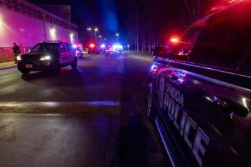 米ウィスコンシン州の銃撃事件現場のカジノ周辺に待機する警察車両=2日未明、グリーンベイ(AP=共同)