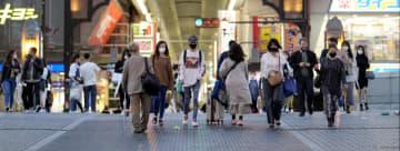 大阪・ミナミをマスク姿で歩く人たち=1日