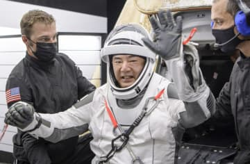 ニュース画像:野口さん、宇宙基地から帰還 滞在半年、米フロリダ沖に着水