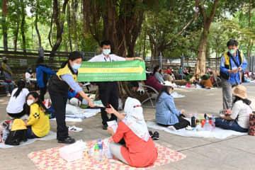 公園利用者に対してソーシャルディスタンス措置の遵守を呼びかける香港政府職員(資料)=2021年5月1日、香港島・銅鑼灣のヴィクトリア公園(写真:news.gov.hk)